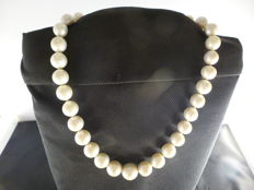 Necklace of large, cultivated, fresh-water pearls, 11-12 / 16-17 mm – length: 48 cm