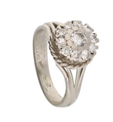 18 kt white gold rosette ring, set with eleven brilliant cut diamonds, approx. 0.6 ct in total. Ring size 16.75 mm.