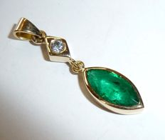 18 kt / 750 gold pendant with 1 ct  emerald of top colour plus 1 diamond of 0.10 ct – cut 12 mm long