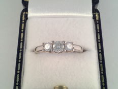 18 kt white gold ring with central 0.27 ct diamond and two 0.16 ct diamonds, 0.59 ct in total, ring size 16.5/51