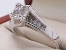 Certified gold diamond entourage ring, approx. 0.80 ct in total / 0.30 ct centre stones – **No Reserve**