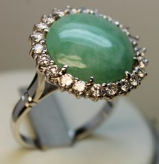 White gold ring with aventurine quartz, cabochon cut, and 22 diamonds VVS/VS, colour H/I, totalling  1.10 ct.