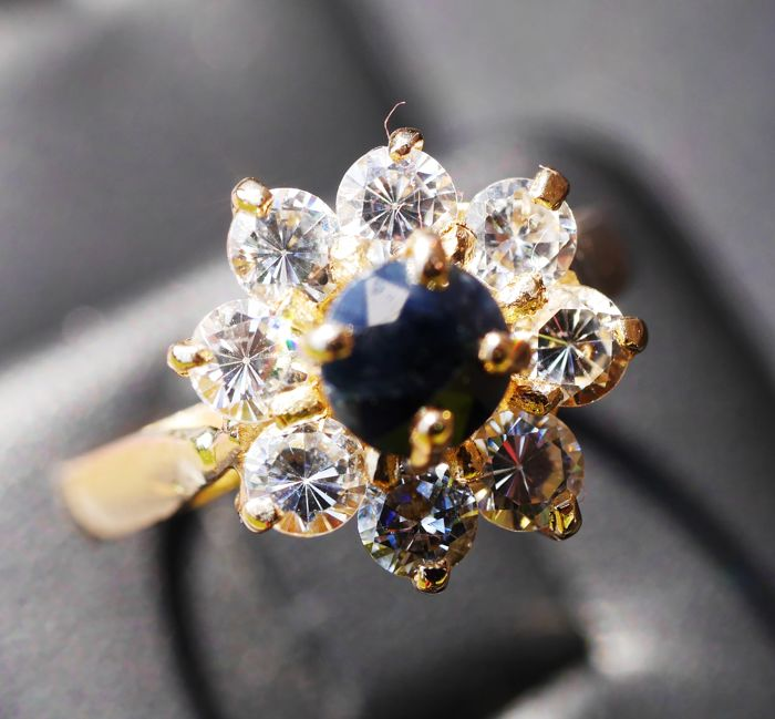 Ring with 8 zircon Brilliants and 1 sapphire 18 kt gold 750/1000, ring size 16 mm