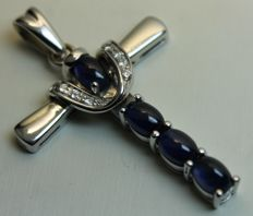 Pendant in 18 kt white gold with cabochon cut sapphires and diamonds (0.15 ct) – 25 x 45 mm
