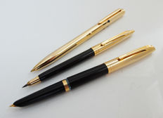 Hammer: vintage writing instruments: heavy gold-plated 14 carat: fountain pen, propelling pencil, and 4-colour ballpoint.