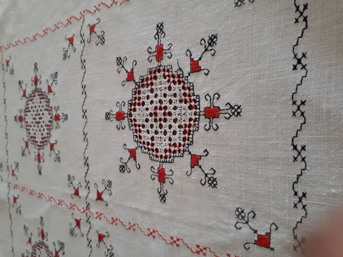 Lovely hand embroidery tablecloth, white - raw linen - Italy