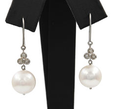 750/1,000 (18 kt) white gold – Earrings – Diamonds of 0.20 ct – Freshwater cultured pearls of 10.60 mm – Earring: 34.85 mm (approx.)