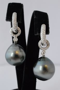 White gold dangle earrings with very large pearls and diamonds - Measurements:  Approx. 35 – 15.1 x 15 mm