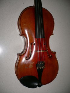 """Undamaged, old violin with typical """"Markneukirchen"""" - features"""