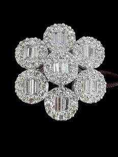 White gold ring with flower set with diamond baguettes and brilliants 2.11 ct - size 54