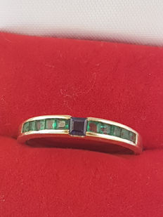 14 kt ring made from yellow gold with a central sapphire and emerald - size 19
