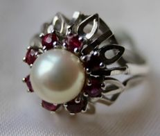 14k White gold ring set with a Japanese Akoya pearl and surrounded by Rubies approx. 1 ct - Excellent state.