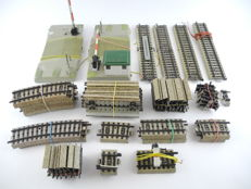 Märklin H0 - 5101/5108/5107/5110/and others - 50-piece batch M-rails: guarded level crossing, lit buffer block and many adjusting pieces [65]