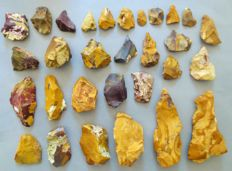 Large collection of 30 magnificent Mousterian / Neanderthal artefacts from Fontmaure 4.0 / 17 cm (30)