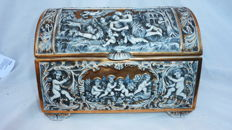 Superb Capodimonte porcelain box