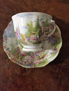 Large collection of Royal Albert and others English fine China collection Cup and saucers  Voir la traduction