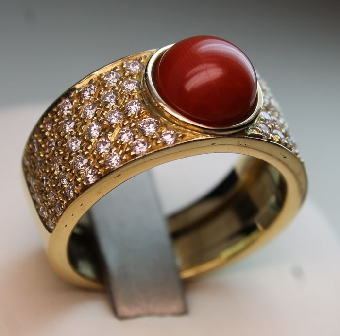 Ring with coral cabochon and diamonds totalling 1.10 ct - Size: 19/59