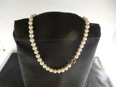 Cultured pearl necklace, with 18 kt gold clasp, length 44 cm.