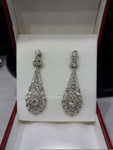14 kt white gold and platinum. Long earrings with diamonds. 5 cm.