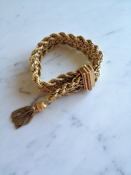 An 18 kt yellow gold link bracelet with a tassel.