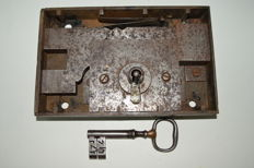 Large, 4,6 kg, antique forged high security lock with original key, England - 18th Century