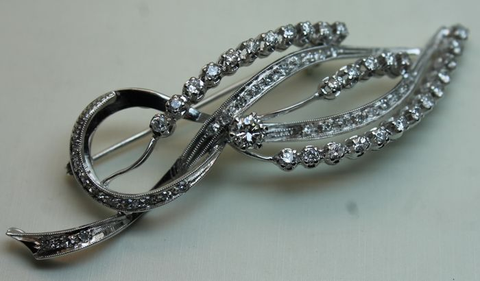 18 kt white gold brooch with diamonds totalling 1.50 ct