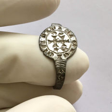 Medieval Silver ring engraved with a Cross, within a circle line frame.Inscriptions on the bezel. / 26mm.