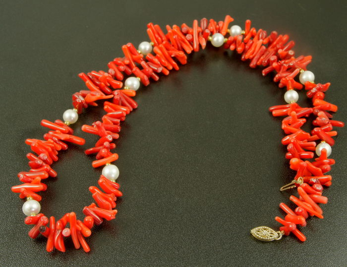 14 kt Gold necklace of Akoya pearls & red Coral - 58cm