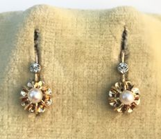 Pair of stud earring in 18 kt rose gold adorned with fine pearls topped with grey gold clover - no reserve price.