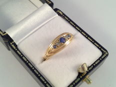 18 kt yellow gold ring with sapphire and diamond.