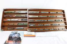 Musée des trains miniatures N - 2 display cabinets filled with cast models