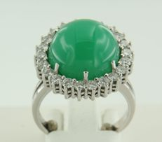 18 kt white gold ring with a central Chrysoprase and brilliant cut diamonds, approx. 18 (57)