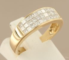 18 kt yellow gold ring set with princess-cut diamonds, ring size 17 (53) ****NO RESERVE PRICE****
