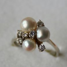 Beautiful vintage white gold ring, 585/14 kt with 3 genuine sea/salty pearls and old cut diamonds, H/VS.