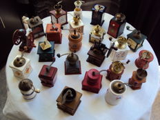 Lot of 24 miniature coffee grinders - very nice brands