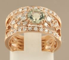 Rose gold 14 kt band ring set with a central green amethyst and an entourage of 34 brilliant cut diamonds, approx. 0.64 ct in total, ring size 17 (53)
