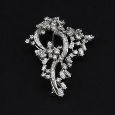 Brooch in 18 kt gold, set with 85 diamonds for a total of 2.90 ct.