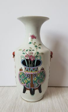A Chinese porcelain vase - China - First half of 20th century