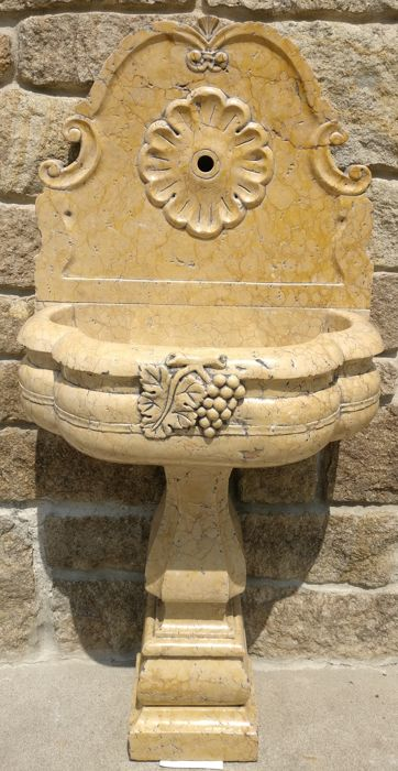 Fountain made of Nembro yellow marble, worked and carved by hand - Italy, Friuli-Venezia Giulia - 20th/21st century