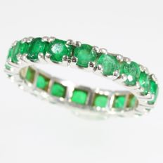 Eternity band with 18 brilliant cut emeralds - anno 1960