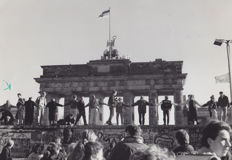 Unknown/Associated Press - The Fall of Berlin Wall - Brandenburg Gate - 1989