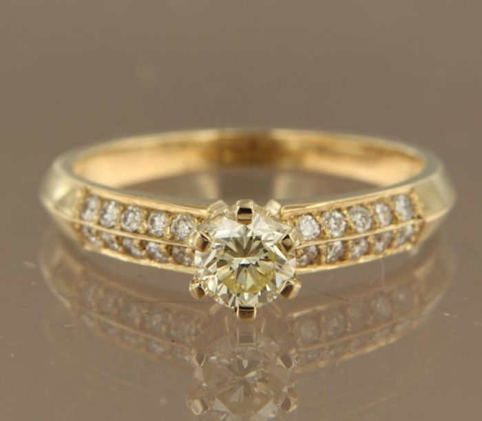 14 kt yellow gold solitaire ring set with a 0.48 ct brilliant cut diamond and 20 brilliant cut diamonds, 0.27 ct, ring size 17 (53)