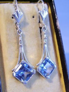 Earrings with blue spinels totalling approx. 6 ct