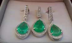 Set of earrings and pendant in 18 kt white gold – 16.10 g – with 3x emeralds totalling 15.78 ct and diamonds totalling approximately 1.70 ct – IGE certificate –   no reserve price