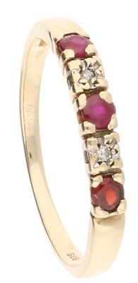 14 kt yellow gold ring set with red ruby and 2 brilliant cut diamonds, ring size 16 mm