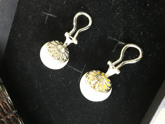 earrings, Australian pearls, 14 mm in diameter with clip-on clasp in 18 kt white gold