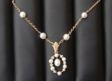 Necklace with pendant from 1958 in 18 kt gold with eagle's-head hallmark - Cultured pearls - Diamonds