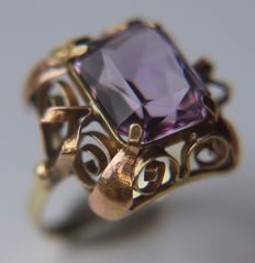 High quality Red and Yellow 14kt. gold ring with large emerald cut natural Amethyst ca. 12x10mm (ca. 4.8Ct.) in decorated solid frame.