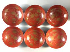 Six lacquered bowls with matching maki-e gold varnished lids - Japan - Early 20th century
