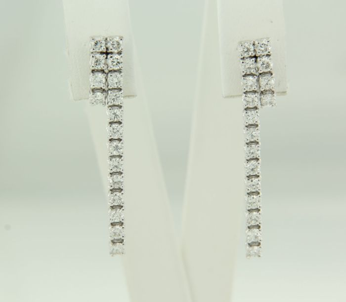 18 kt white gold dangle earrings set with 34 brilliant cut diamonds, approx. 1.00 ct in total, size 3.0 cm long x 4.6 mm wide